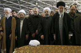 هم اکنون نماز بر پیکر آیت الله هاشمی رفسنجانی توسط رهبر معظم انقلاب اسلامی در حال برگزاری است