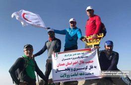 اهتزاز پرچم هلالاحمر بر فراز قله های استان همدان